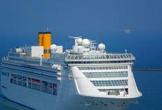Wielki statek wycieczkowy Wchodzić do Kaohsiung port Obrazy Stock