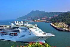Wielki statek wycieczkowy Wchodzić do Kaohsiung port Obraz Royalty Free
