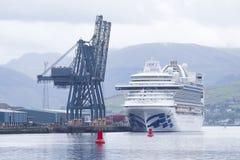 Wielki statku wycieczkowego prom z turystami podróżuje powstrzymywanie przy Greenock, Szkocja fotografia royalty free