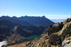 Wielki staw polski de Tarn in de vallei van Dolina Piecu stawow polskich, Hoge Tatras Stock Foto
