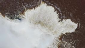 Wielki strumień woda płynie przez Iguazu spada kaskadą siklawę zdjęcie wideo
