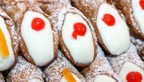 Wielki Sycylijski cannoli z kremowym deserem i lodowaceniem Obrazy Stock