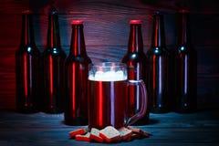 Wielki szkło ciemny piwo z pianą obraz royalty free