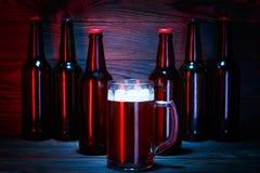 Wielki szkło ciemny piwo z pianą zdjęcia stock
