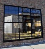 Wielki szklany okno ustawiający w ceglanym przemysłowym budynku zdjęcia royalty free