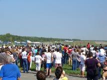 Wielki tłum ludzie ogląda pokazu lotniczego w Novosibirsk przy lotniskiem przy festiwalem fotografia royalty free