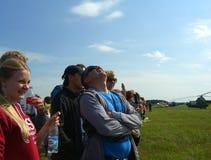 Wielki tłum ludzie ogląda pokazu lotniczego w Novosibirsk przy lotniskiem patrzeje w górę festiwalu przy obrazy royalty free