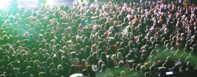 Wielki tłum ludzie przy koncertem w promieniach kolor muzyka zdjęcia royalty free