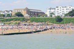 Wielki tłum na plaży przy Clacton na pokazu lotniczego dniu od mola obrazy stock