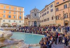 Wielki tłum turyści zbliża Trevi fontannę, Rzym, Włochy Zdjęcia Royalty Free