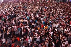 Wielki tłum ludzie przy koncertem w przodzie scena Fotografia Stock