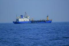 Wielki tankowiec po środku morza zdjęcie royalty free