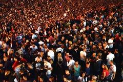 Wielki tłum ludzie przy koncertem w przodzie scena Zdjęcie Stock