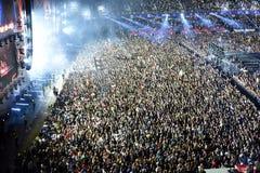 Wielki tłum ludzie przy koncertem w przodzie scena Obraz Royalty Free