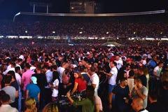Wielki tłum ludzie przy koncertem w przodzie scena Zdjęcie Royalty Free