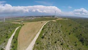 Wielki wiatrowego gospodarstwa rolnego wydźwignięcie nad Cypr wzgórza, produkcja alternatywna energia zdjęcie wideo