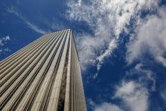Wielki widok biały biznesowy budynek spod spodu Fotografia Royalty Free