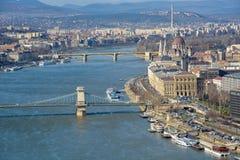 Wielki widok Budapest parlament, Łańcuszkowy most i rzeka fotografia stock