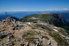 Wielki widok dolomitu halny plateau i zieleni łąka Zdjęcie Royalty Free