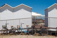 Wielki widok grupa bicykle i toalety blisko plaży zdjęcia stock