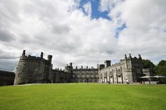 Wielki widok Kilkenny kasztel, Irlandia Zdjęcia Royalty Free