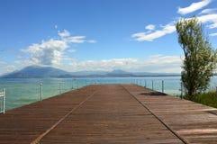 Wielki widok molo na Jeziornym Gardzie od Sirmione plaży, Włochy Obraz Stock