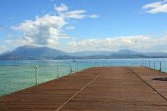 Wielki widok molo na Jeziornym Gardzie od Sirmione plaży, Włochy Fotografia Stock