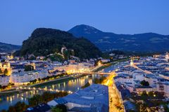 Wielki widok na wieczór Salzburg jaśnieniu w światłach fotografia royalty free