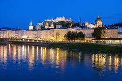 Wielki widok na wieczór Salzburg jaśnieniu w światłach obrazy royalty free