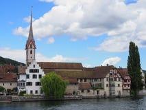 Wielki widok St George ` s opactwo przy Rhine rzeką w europejczyka Stein am Rhein miasteczku w SZWAJCARIA fotografia royalty free