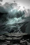 Wielki widok zieleni wzgórza jarzy się światłem słonecznym Lokacja fa Fotografia Royalty Free