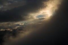 Wielki widok zieleni wzgórza jarzy się światłem słonecznym Lokacja fa Obrazy Royalty Free
