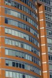Wielki Windows w budynku biurowym w dzielnica biznesu obrazy royalty free
