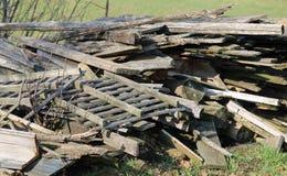 Wielki woodshed z wiele kawałkami drewno i inny drewniany materia Obraz Stock