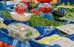Wielki wybór świezi warzywa przy rolnikami wprowadzać na rynek fotografia royalty free