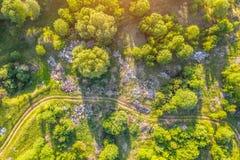 Wielki wysypisko śmieci, gospodarstwo domowe odpady, klingeryty i inne rzeczy wśród zielonego lasu wzdłuż łąk i drogi fotografia stock