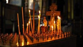 Wielki złocisty candlestick stół z płonącymi świeczkami zbiory wideo