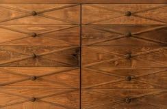 Wielki zadziwiający piękny widok stary rocznik, retro klasyczny drewniany kreślarza dresser z drewnianym gałeczki tłem Zdjęcia Royalty Free