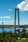 Wielki zawieszenie most przy wysokim wybrzeżem w Szwecja obraz stock