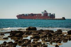 Wielki zbiornika statek Blisko linii brzegowej Zdjęcia Royalty Free