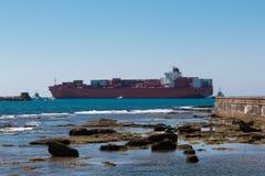 Wielki zbiornika statek Blisko linii brzegowej Fotografia Stock