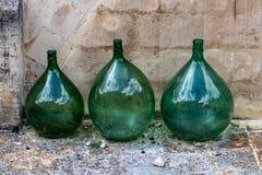 Wielki zielonego szkła wino zgrzyta w Matera, Włochy obrazy stock