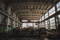 Wielki zmrok porzucał fabrykę wśrodku wnętrza, zaniechany przemysłowy tło Zdjęcia Stock
