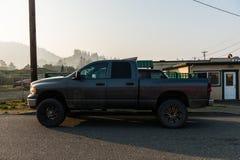 Wielki zmrok - szary 4x4 pickup przy wschód słońca w złoto plaży fotografia stock