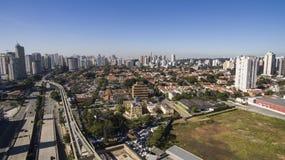 Wielkie aleje, aleja dziennikarz Roberto Marinho, Sao Paulo Brazylia fotografia stock