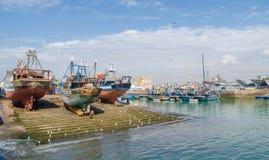 Wielkie drewniane łodzie rybackie zakotwiczali na suchym doku w porcie średniowieczny grodzki Essaouira, Maroko, afryka pólnocna Zdjęcie Stock
