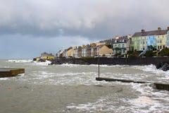Wielkie fala od Irlandzkiego morza podczas zimy burzy obijają schronienie ścianę przy długą dziurą w Bangor Irlandia Obraz Stock