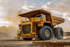 Wielkie Górnicze usyp ciężarówki dla odtransportowywać rudne skały fotografia royalty free