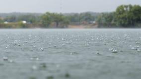 Wielkie krople Podeszczowy spadek Podczas ulewy w jeziorze Wod krople Zakończenie Heavy Rain spadku rzeki tło zbiory wideo