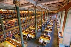 Wielkie książkowe kolekcje i czytań ludzie wśrodku Krajowej biblioteki Szwecja Fotografia Royalty Free